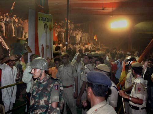 policemen crackdown at Baba Ramdev supporters