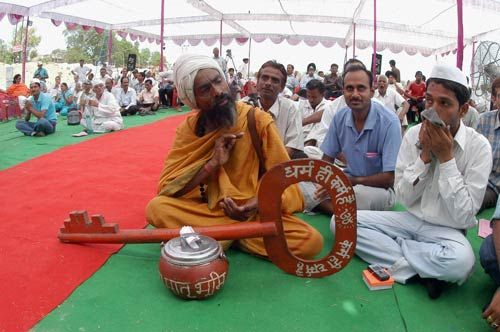 Thousands join Baba Ramdev's fast