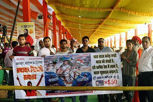 Bharat Swabhiman activists arrive to participate in Ramdev's satyagraha at Ramlila Maidan, New Delhi