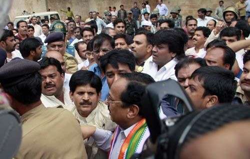 Congress workers protesting attack on Digvijay Singh