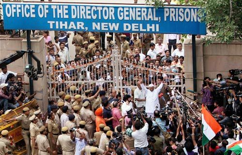 Anna Hazare addresses his supporters at Tihar Jail