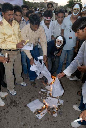 Hazare supporters burn govt's Lokpal Bill
