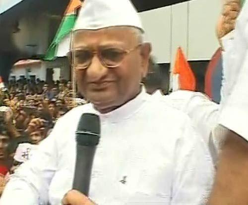 Anna Hazare leads a rally in Mumbai