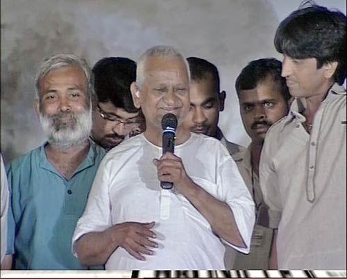 Anna Hazare addresses his supporters in Delhi