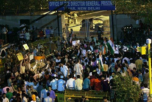 Supporter of Anna Hazare protest outside the Tihar Jail