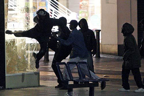 People try to loot a jeweller's in Birmingham, central England