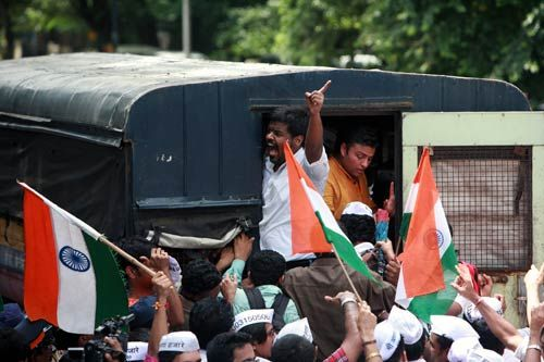 Supporters of Anna Hazare court arrest at Azad Maidan in Mumbai