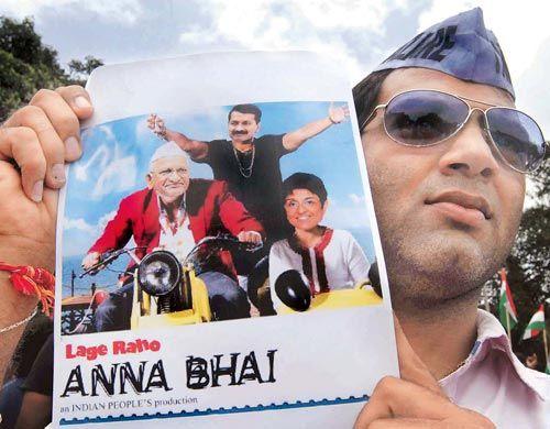Mumbaikar shows aposter of Anna Hazare