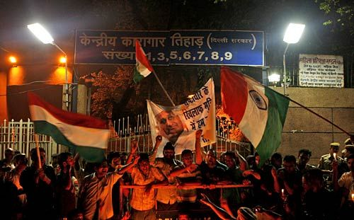 Protests outside Tihar Jail for Anna Hazare