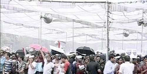 Anna Hazare supporters brave heavy rain at Ramlila Maidan