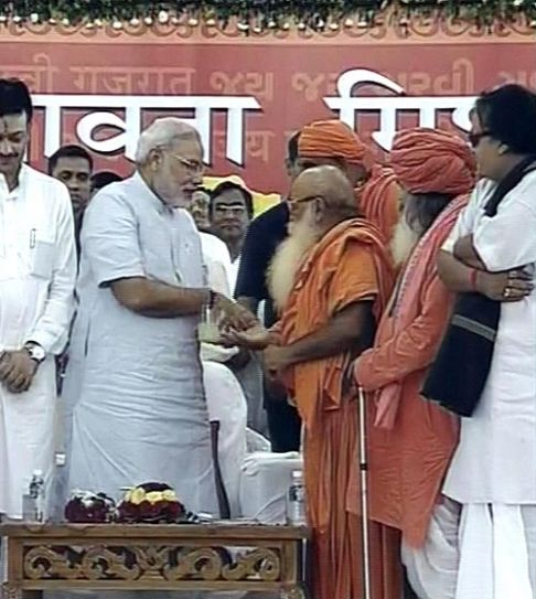 Gujarat Chief Minister Narendra Modi with priests