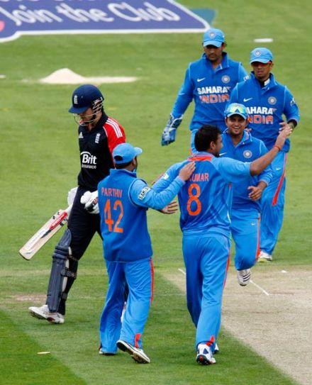 Praveen Kumar and team-mates
