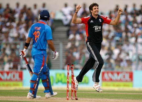 Steven Finn (right) celebrates the dismissal of Virat Kohli