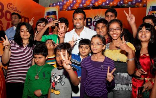 Leander Paes with winners of Cadbury Bournvita Tayyari Jeet ki contest