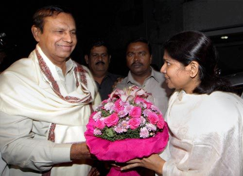Kanimozhi receives a bouquet after her release.