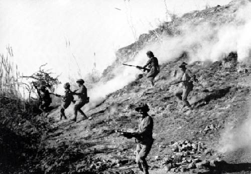 Indian army soldiers attacking Nayachor in Sindh, Pakistan, during the 1971 war.
