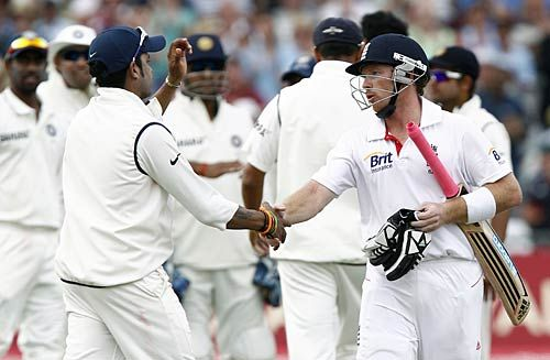 S Sreesanth shakes hands with Ian Bell as MS Dhoni looks on