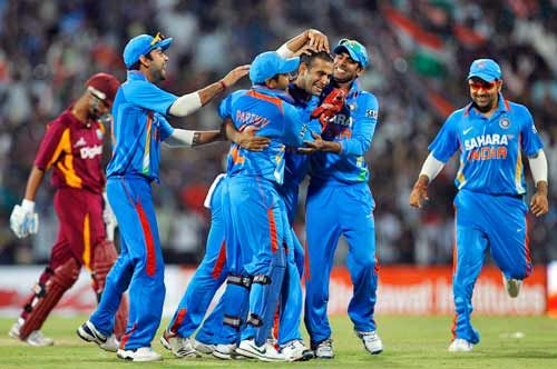 Irfan Pathan (centre) and team-mates