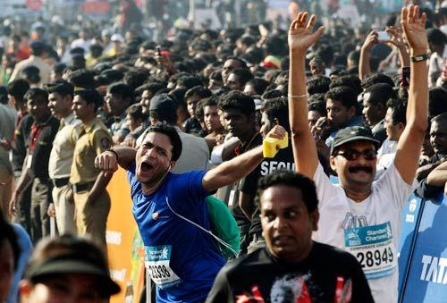 Cheering crowd at ninth edition of Standard Chartered Mumbai Marathon 2012
