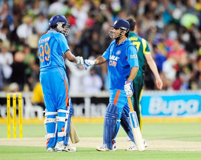 Ravichandran Ashwin (left) and captain M.S. Dhoni