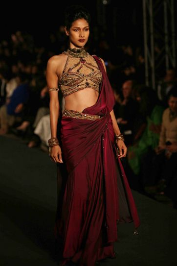 A model in Tarun Tahiliani outfit