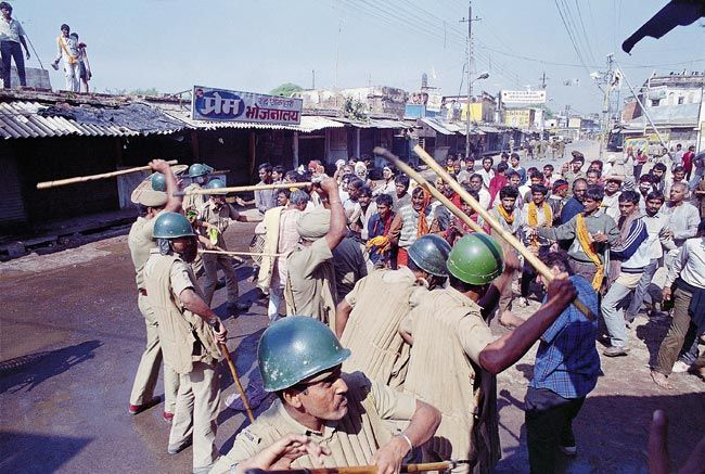 Kar sewaks clash with police