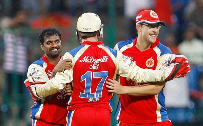 Muttiah Muralitharan (left) with teammates