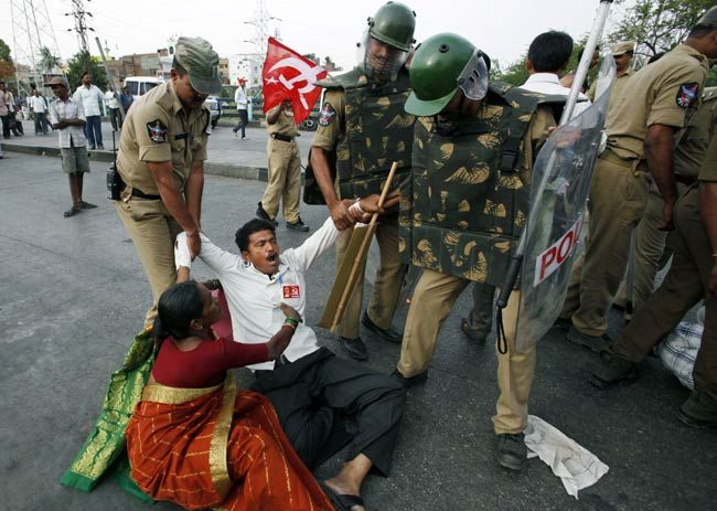 Police detain protester during Bharat Bandh