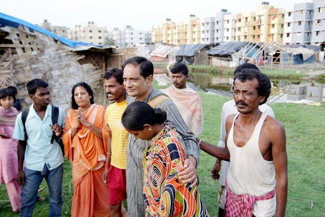 Binayak Sen with evicted slum dwellers in Kolkata
