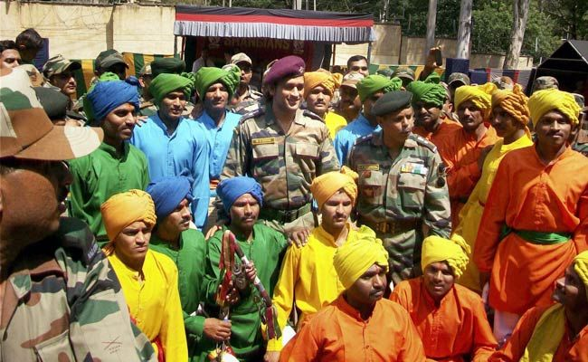 Mahendra Singh Dhoni with soldiers