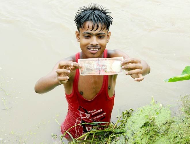 A fisherman with a Rs 1000 note
