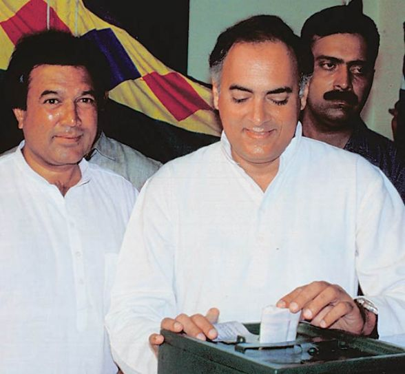 Rajesh Khanna (left) and Rajiv Gandhi
