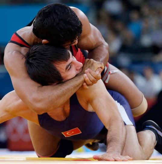 Sushil Kumar (in red) with Ramazan Sahin of Turkey