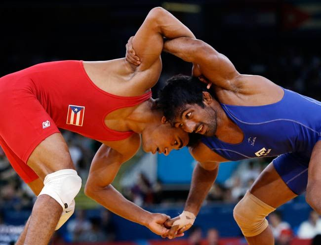 Yogeshwar Dutt of India (in blue) and Franklin Gomez Matos of Puerto Rico