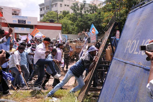 Pro-Telangana activists clash with police