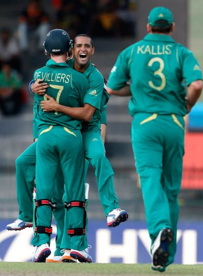 South African bowler Robin Pietersen (center) with teammates