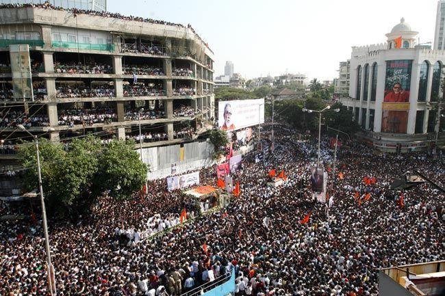 Crowd following Sena supremo Bal Thackeray's cortege