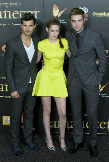 "Taylor Lautner,Kristen Stewart, Robert Pattinson pose during premiere of the film ""The Twilight Saga: Breaking Dawn-Part 2"" in Kinepolis Cinema in Madrid, Spain. Stewart-Pattinson had a stiff body language while posing together."