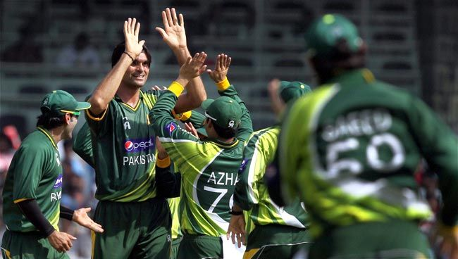 Pakistan pacer Mohammed Irfan celebrates the wicket of Gautam Gambhir.