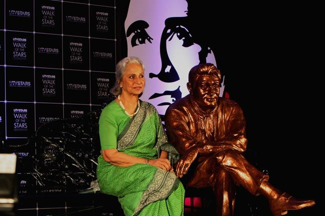 Waheeda Rehman with Dev Anand's statue.