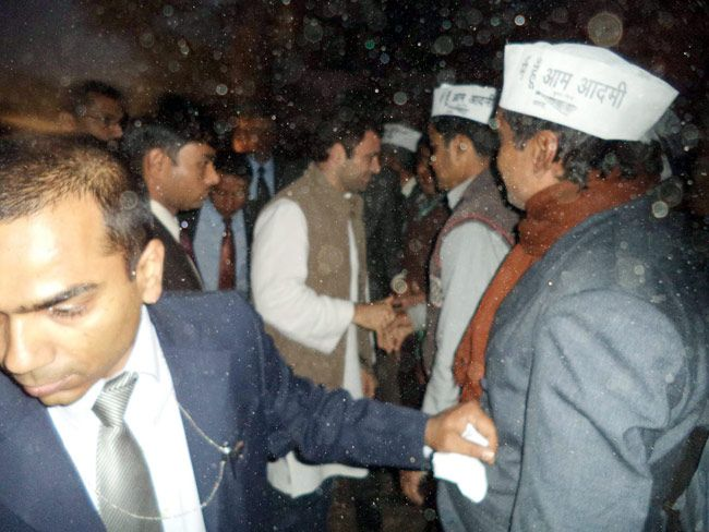 Rahul Gandhi shakes hands with Aam Aadmi Party workers