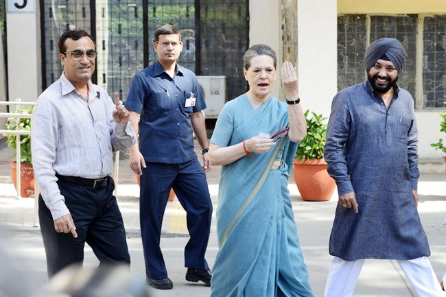 voting in delhi, general elections 2014, lok sabha elections 2014, arvind kejriwal, congress president sonia gandhi, ajay maken, vice president hamid ansari, ghulam nabi azad