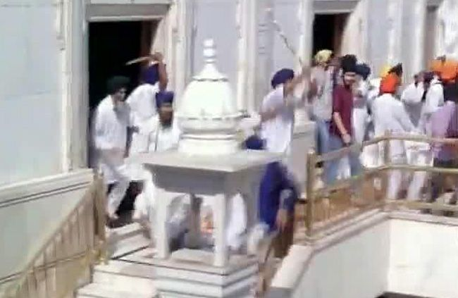 Groups clash inside Golden Temple premises