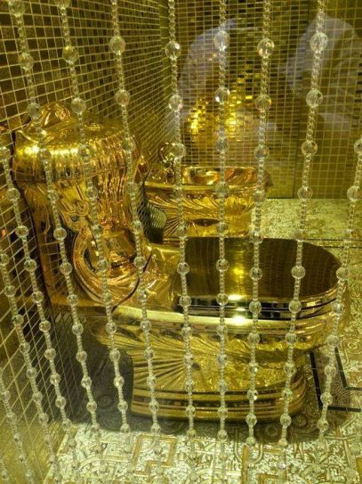 Enjoyable Bizarre T Of Golden Toilet By Royal Family Indiatoday Inzonedesignstudio Interior Chair Design Inzonedesignstudiocom