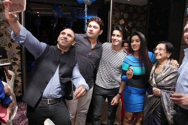 Bikramjeet takes a selfie with Rajesh Kumar, Gautam Rode, Deepika Singh and mom Usha Kanwarpal.