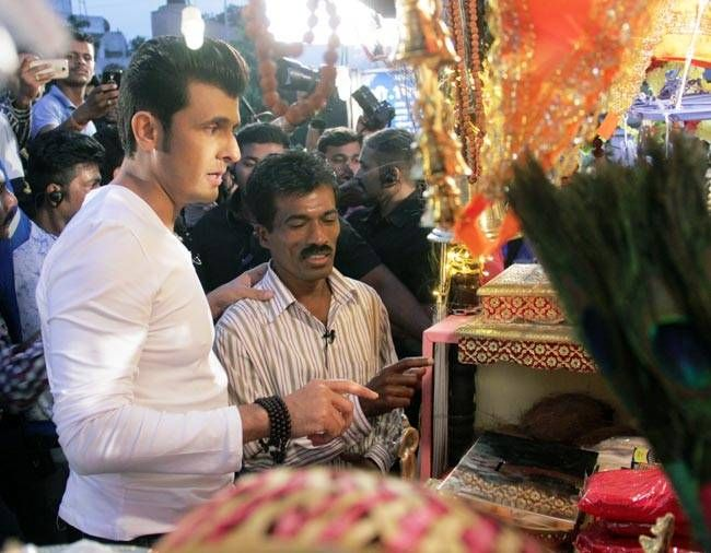 Sonu Nigam and Raju Khirade inaugurating the shop.