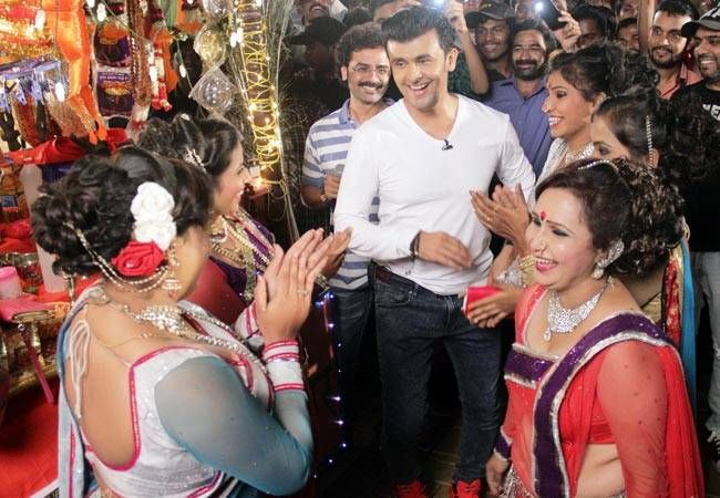 Sonu Nigam dancing with his fans.