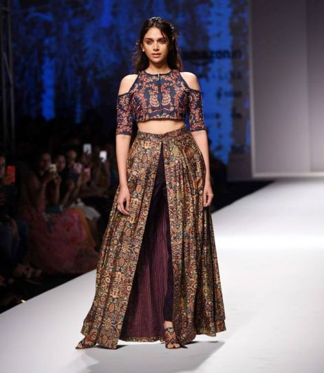 Bollywood actress Aditi Rao Hydari sizzled up the ramp as she presented the collection by designer Shruti Sancheti.