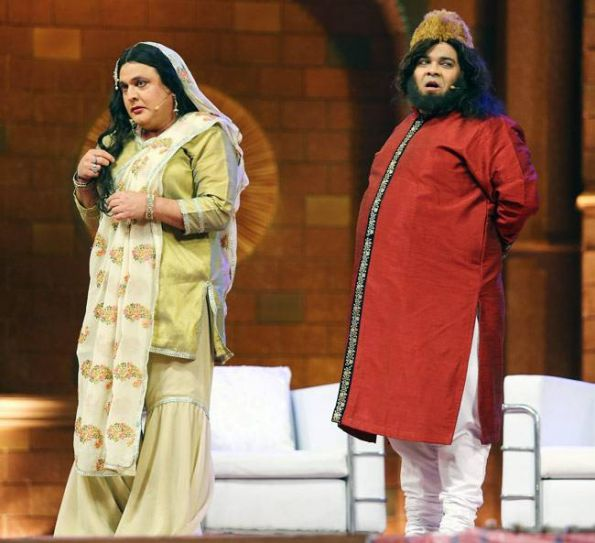 While Ali Asgar appeared as a courtesan asking Shah Rukh for a kiss, Kiku came in as the courtesan's husband and a nawab.