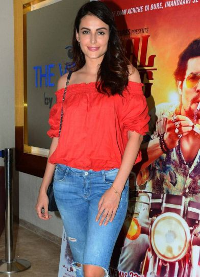 Bigg Boss 9 star Mandana Karimi paired a red top with blue denims at the special preview of movie Lal Rang.